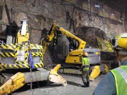Brokk 800 med MB 1200 arbeider i Hong Kongs tunnellbane.